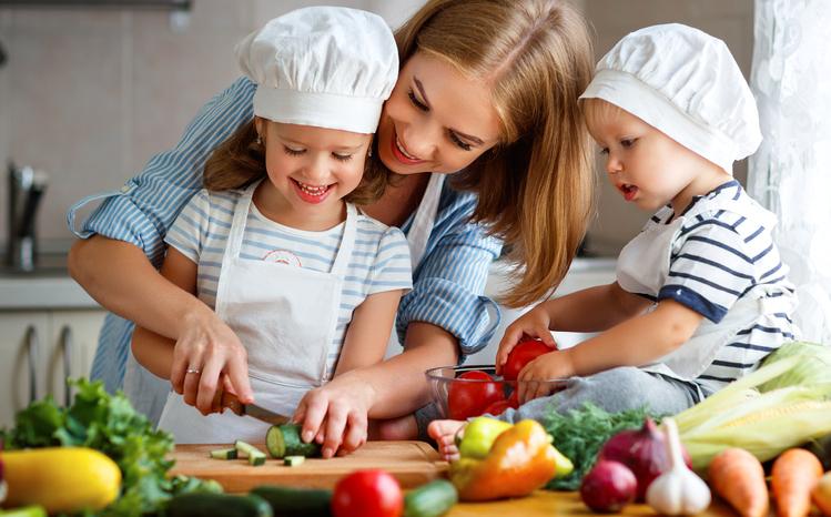 Family_preparing_healthy_vegetable_salad