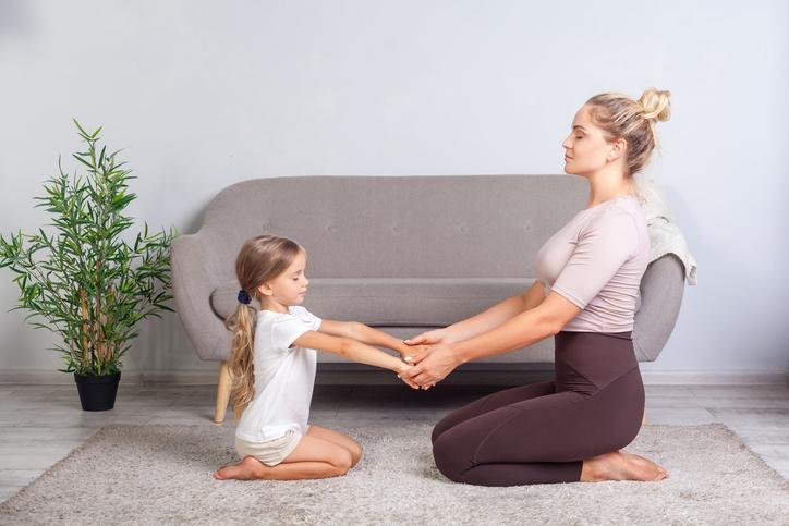 Motheranddaughterpracticingmindfulness