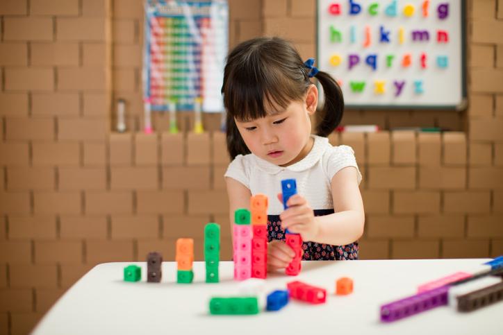 Toddlergirlplayingandbalancingblocks